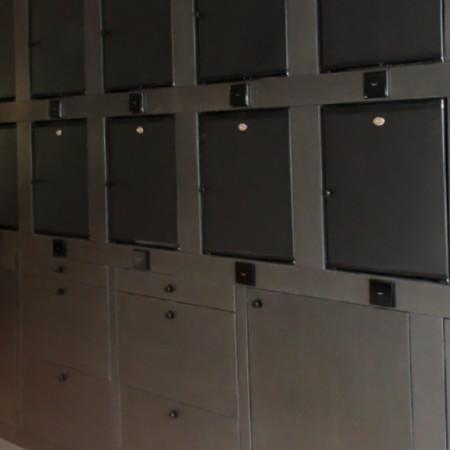 Kastenwand met minibar-koelkasten | zwart mdf