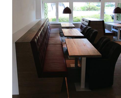 Kantine inrichting | eikenhouten banken en tafels, zittingen bekleed met leer